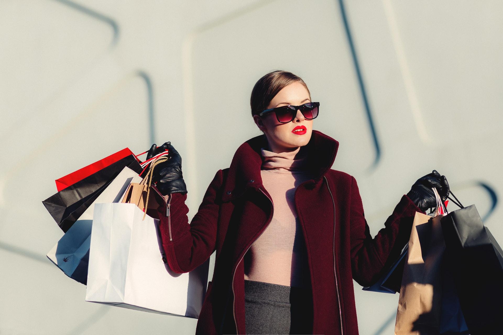 Mulher estilosa com sacolas de lojas