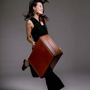 Mulher carregando mala