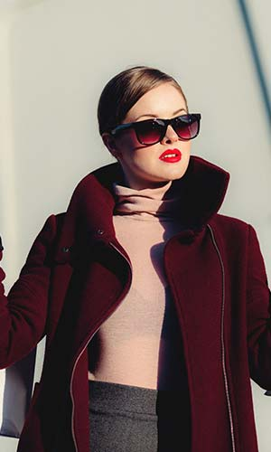 Mulher estilosa de óculos escuro